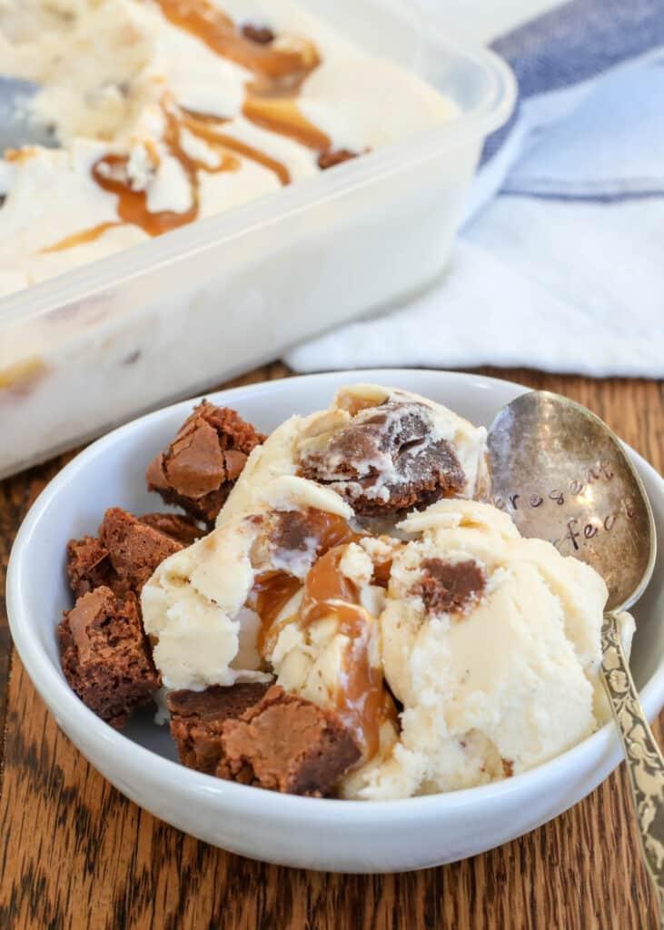 Helado de Brownie de Caramelo con cuchara