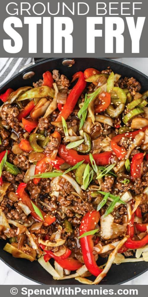 Salteado de carne molida cocinando en una sartén con escritura