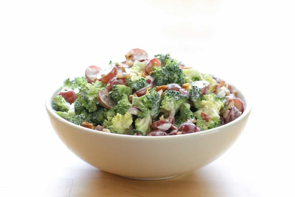 Ensalada de brócoli balsámico con uvas y nueces receta de Barefeet In The Kitchen