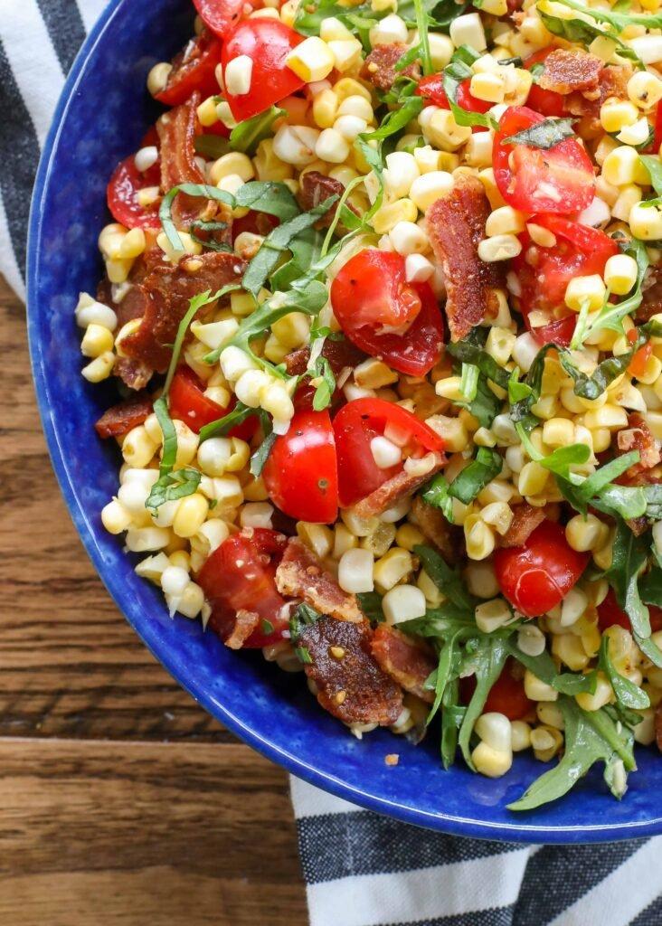 ¡La ensalada de maíz BLT está cargada de sabores frescos de verano!
