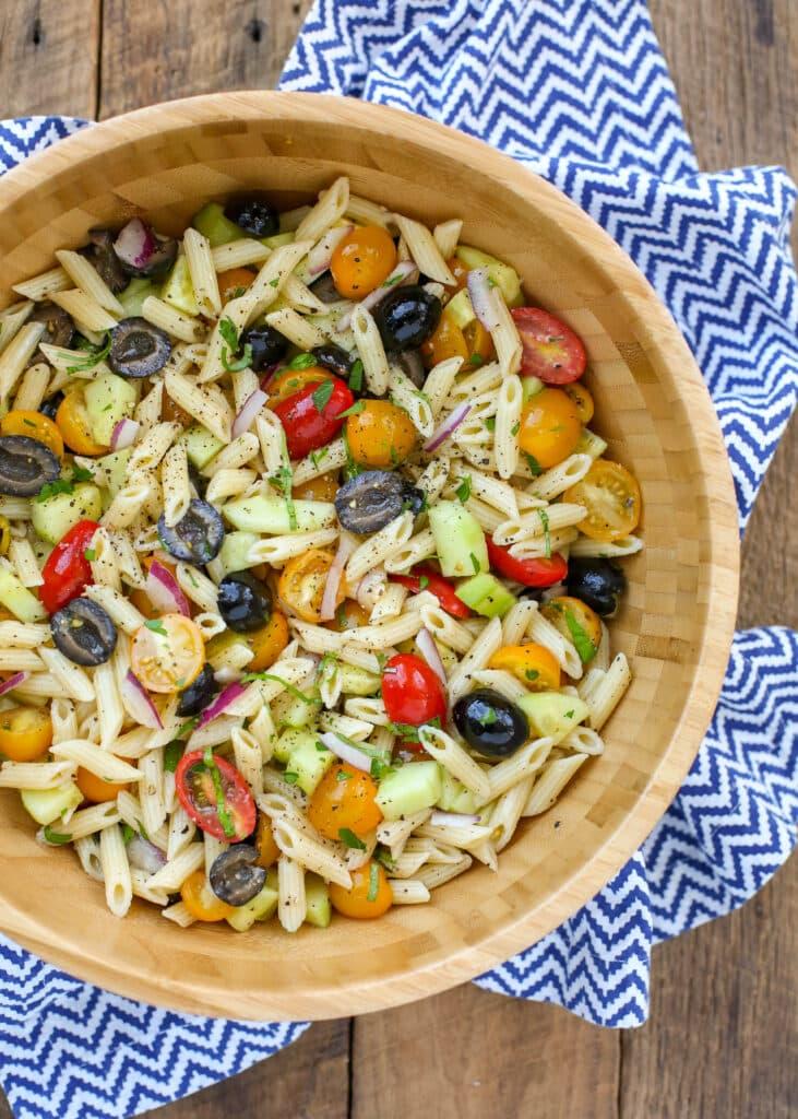Esta ensalada de pasta de verano está cargada de sabores italianos, ¡te va a encantar!