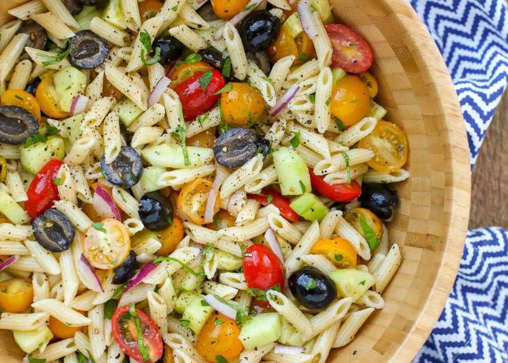 Ensalada de pasta Penne hecha sin mayonesa, ¡perfecta para comidas compartidas y fiestas de verano! obtén la receta en barefeetinthekitchen.com
