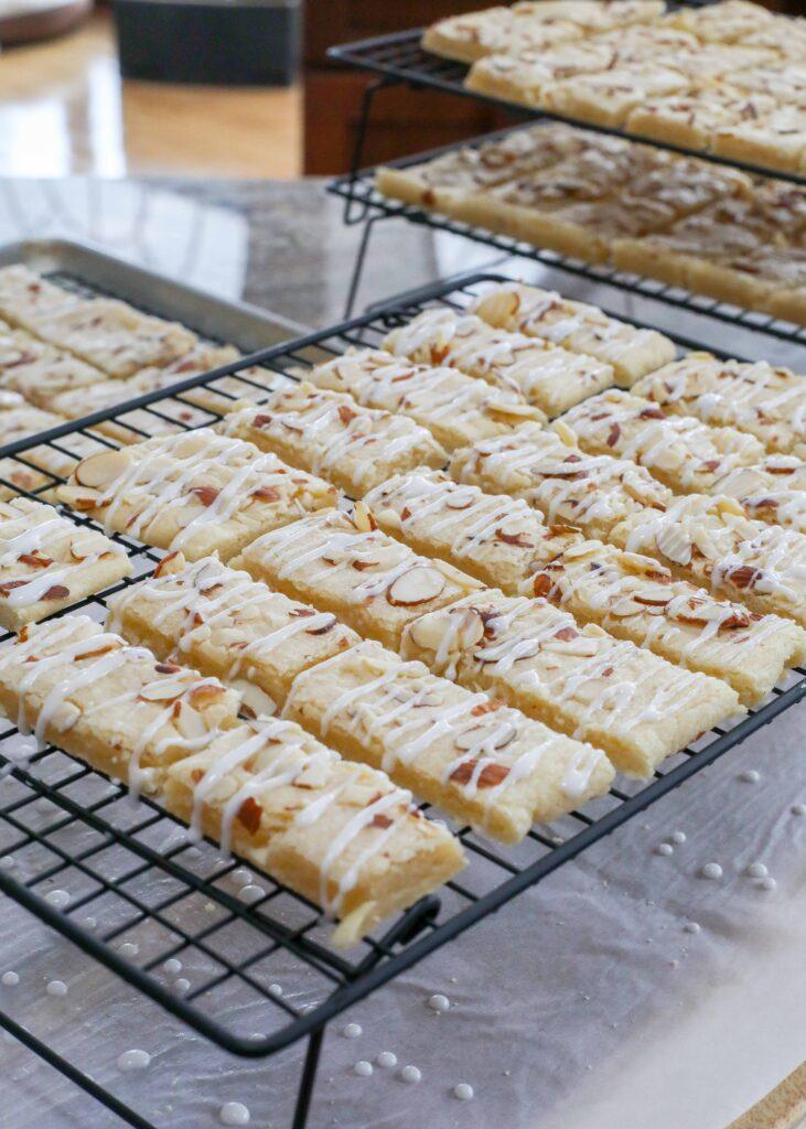Las barras de almendras son barras tiernas, ligeramente endulzadas, parecidas a galletas de mantequilla que son tan buenas que se encontrará duplicando la receta cada vez que las prepare.