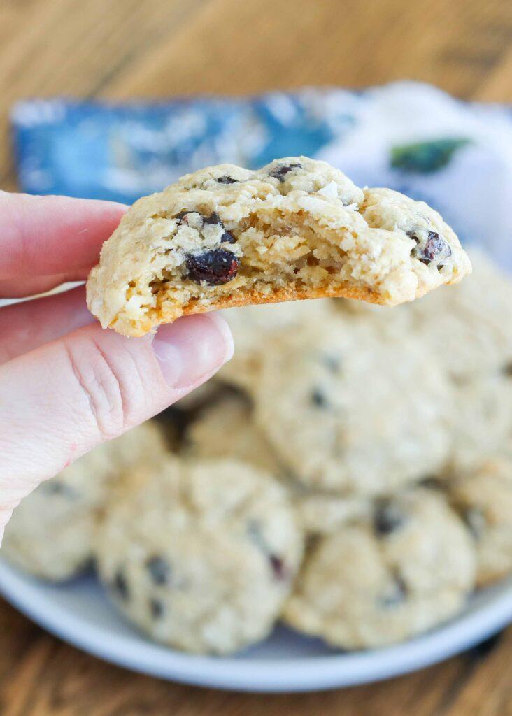 ¡Las galletas de avena y coco con arándanos son suaves, masticables y perfectas!