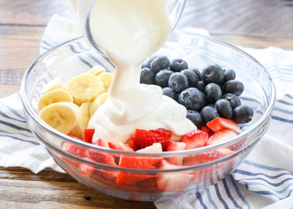 Ensalada de frutas rojas, blancas y azules