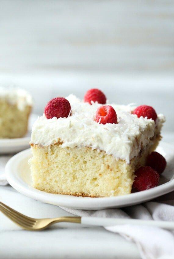 Pastel de coco en un plato