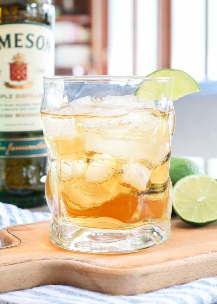 Whisky Jameson + ginger ale + lima = un cóctel clásico perfecto para el verano.