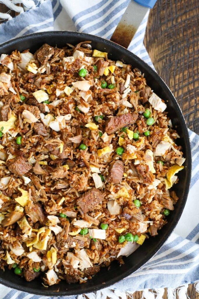Los sueños de los amantes del bistec, el pollo y el cerdo frito con carne de arroz se hacen realidad.