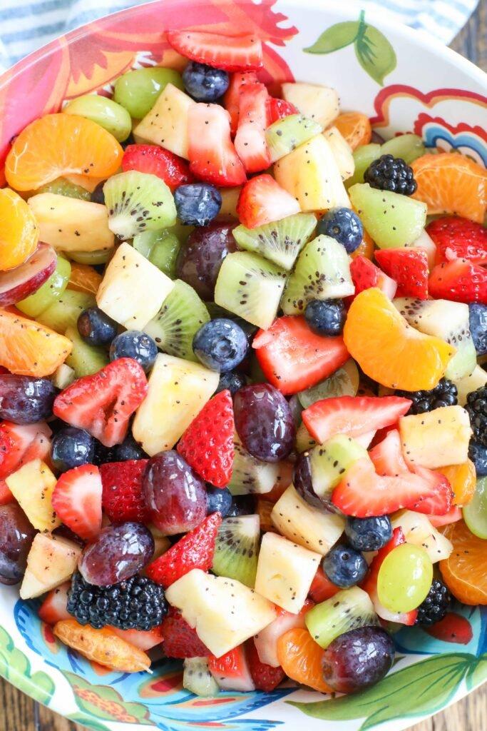 Ensalada de frutas arcoíris con aderezo de semillas de amapola y miel, limón y lima