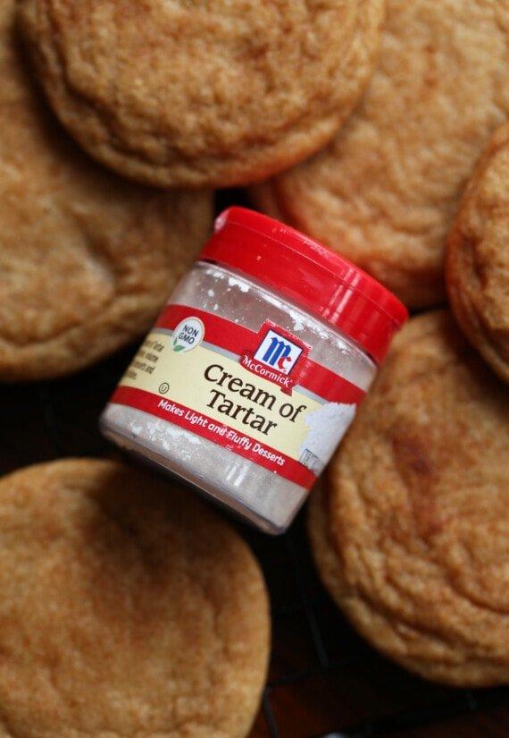 Un recipiente de crema tártara en una rejilla para galletas snickerdoodle
